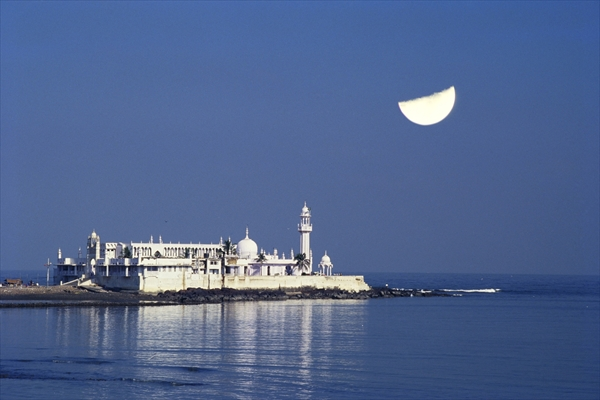 DND349222 Haji Ali Dargah (photo) ; photograph; Mumbai, India; (add. info.: mosque and tomb on an islet of the coast of Worli; built in 1431 by Sayed Peer Haji Ali Shah Bukhari); Dinodia; out of copyright